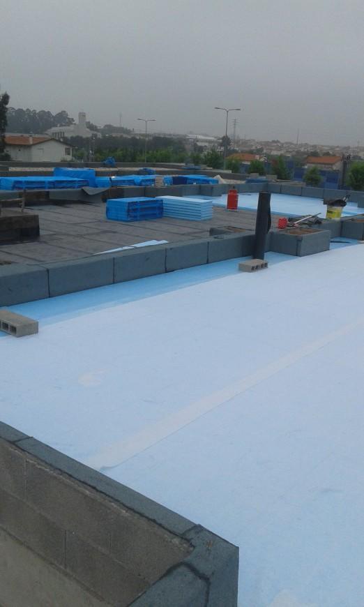 Impermeabilização da cobertura com 2 camadas de tela SBS PY 40, isolamento térmico XPS 6,manta geotextil, muretos com tela SBS PY 40 Mineral e acabamento final godo.