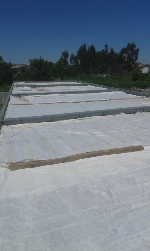 Impermeabilização da cobertura das garagens com 2 camadas de tela SBS PY 40, muretos com tela SBS PY 40 Mineral, Manta geotextil, acabamento final godo.