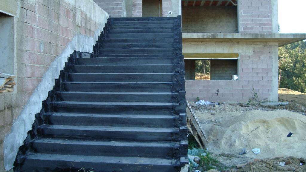 Impermeabilização de escadas de acesso à habitação. Duas camadas de tela SBS PY 4 KG.